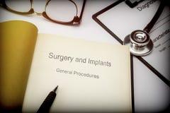 Озаглавил хирургию книги и имплантирует общие процедуры вместе с медицинским оборудованием стоковая фотография