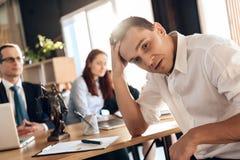 Озадаченный человек принимает решениее о согласовании растворения замужества подписания стоковые изображения rf