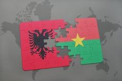 озадачьте с национальным флагом Албании и Буркина Фасо на карте мира Стоковое Фото