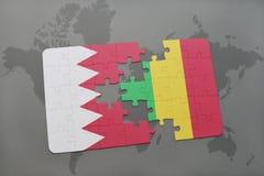 озадачьте с национальным флагом Бахрейна и Мали на предпосылке карты мира Стоковое фото RF
