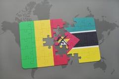 озадачьте с национальным флагом Мали и Мозамбика на карте мира Стоковое фото RF