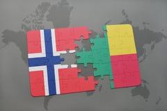 озадачьте с национальным флагом Норвегии и Бенина на карте мира Стоковая Фотография