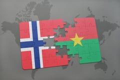 озадачьте с национальным флагом Норвегии и Буркина Фасо на карте мира Стоковые Фотографии RF