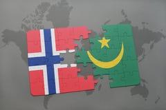 озадачьте с национальным флагом Норвегии и Мавритании на карте мира Стоковые Фотографии RF
