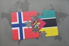 озадачьте с национальным флагом Норвегии и Мозамбика на карте мира Стоковые Фото