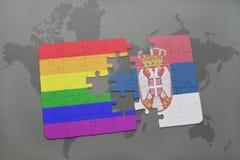 озадачьте с национальным флагом Сербии и флага радуги гомосексуалиста на предпосылке карты мира Стоковые Изображения RF
