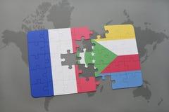 озадачьте с национальным флагом Франции и Коморских Островов на предпосылке карты мира Стоковое Изображение RF
