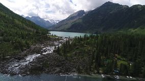 Озера бирюз с небольшим водопадом между ими, среди гор Altai акции видеоматериалы
