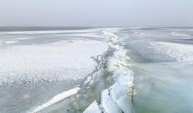 Озера замерли зимой, который Стоковые Изображения