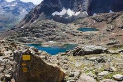 Озера итальянских горных вершин Близкий взгляд третьего озера Lussert от col Laures стоковое изображение