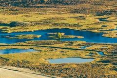Озера и реки в долине горы в дне осени стоковые изображения rf