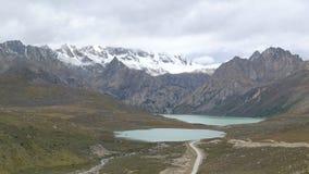 Озера сестр и гора снежка на тибетском плато, 4400 метрах выше уровень моря Стоковая Фотография RF