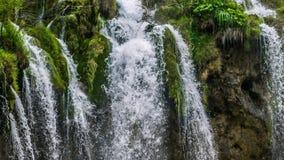 Озера с водопадом в Хорватии, Европе Положение: Plitvice, jezera Plitvicka национального парка сток-видео