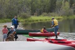 Озеро Аляска отражени дня потехи семьи лета Стоковая Фотография RF