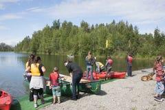 Озеро Аляска отражени дня потехи семьи лета Стоковое Изображение