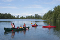 Озеро Аляска отражени дня потехи семьи лета Стоковое Фото