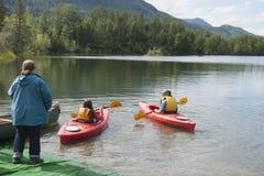 Озеро Аляска отражени дня потехи семьи лета Стоковая Фотография