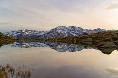 Озеро большая возвышенность высокогорное в идилличном ландшафте Отражение snowcapped горной цепи и сценарного красочного неба на  стоковые фотографии rf