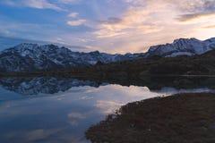 Озеро большая возвышенность высокогорное в идилличном ландшафте Отражение snowcapped горной цепи и сценарного красочного неба на  стоковая фотография