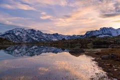 Озеро большая возвышенность высокогорное в идилличном ландшафте Отражение snowcapped горной цепи и сценарного красочного неба на  стоковые изображения