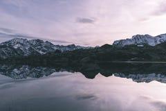 Озеро большая возвышенность высокогорное в идилличном ландшафте Отражение snowcapped горной цепи и сценарного красочного неба на  стоковые фото