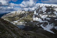 Озеро большая возвышенность среди снежных гор в пасмурном после полудня стоковая фотография