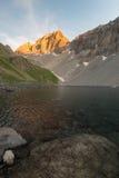 Озеро большая возвышенность высокогорное в идилличной земле раз покрываемой ледниками Величественный скалистый горный пик накаляя Стоковая Фотография