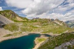 Озеро большая возвышенность голубое в идилличной uncontaminated окружающей среде раз покрываемой ледниками Приключения и исследов стоковые фотографии rf