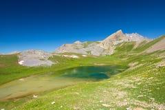 Озеро большая возвышенность голубое в идилличной uncontaminated окружающей среде раз покрываемой ледниками Приключения и исследов стоковое изображение rf