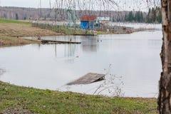 Озеро весной Резервуар весны Место Turestichesky красивейшая природа Большое озеро леса Стоковые Изображения