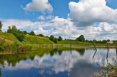 Озеро вокруг деревни стоковое изображение