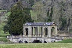 Озеро восьмиугольник и мост Palladian в Stowe, Buckinghamshire, Великобритании стоковые фотографии rf