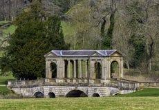 Озеро восьмиугольник и мост Palladian в Stowe, Buckinghamshire, Великобритании стоковые фото
