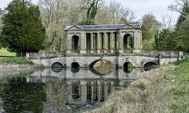 Озеро восьмиугольник и мост Palladian в Stowe, Buckinghamshire, Великобритании стоковое фото