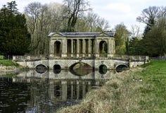 Озеро восьмиугольник и мост Palladian в Stowe, Buckinghamshire, Великобритании стоковая фотография rf