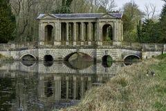 Озеро восьмиугольник и мост Palladian в Stowe, Buckinghamshire, Великобритании стоковые изображения