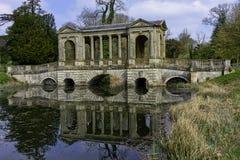 Озеро восьмиугольник и мост Palladian в Stowe, Buckinghamshire, Великобритании стоковая фотография