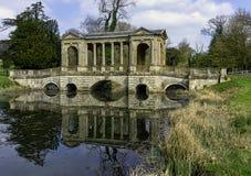 Озеро восьмиугольник и мост Palladian в Stowe, Buckinghamshire, Великобритании стоковые изображения rf