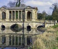 Озеро восьмиугольник и мост Palladian в Stowe, Buckinghamshire, Великобритании стоковое изображение