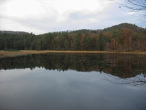 Озеро во время зимы Стоковые Изображения