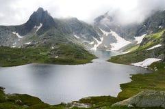 Озеро высокой горы в штормовой погоде Стоковое Изображение RF