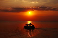 озеро в вечере стоковое изображение rf