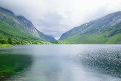 Озеро в горах между 2 скалистыми холмами Стоковые Фото