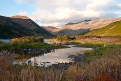 Озеро в горах на заходе солнца Стоковое Изображение