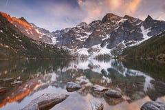 Озеро в горах Tatra, Польша Morskie Oko на заходе солнца Стоковая Фотография RF