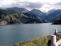 Озеро в горах Tianshan, Синьцзян озер Tianchi (озеро) ра a красивое, Китай Высота s озера Tianchi 'метры 1980 стоковое изображение rf