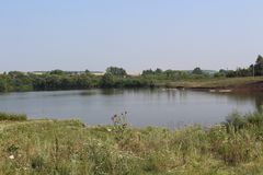 Озеро в деревне Гусыни на пруде Лето в селе Стоковое Изображение RF