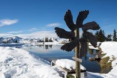 Озеро в зиме в горных вершинах Австрии Стоковые Изображения