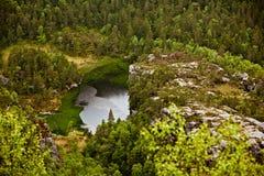 Озеро в дожде в Норвегии Дорога к Geirangerfjord Стоковое Фото