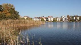 Озеро в осени с резиденцией видеоматериал